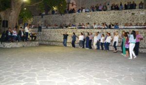 Ο διπλός κύκλος του χορού στο χοροστάσι, στην πλατεία του Συρράκου, κάτω από τον πλάτανο.
